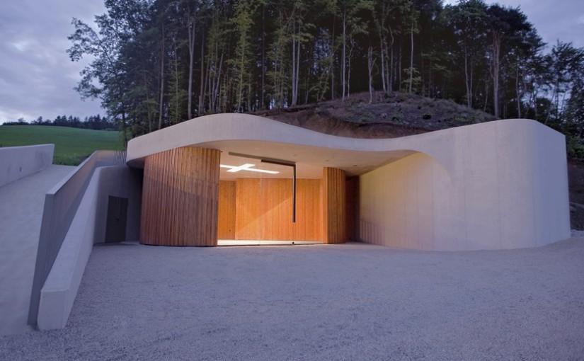 Szépséges, modern kápolna a domboldalban