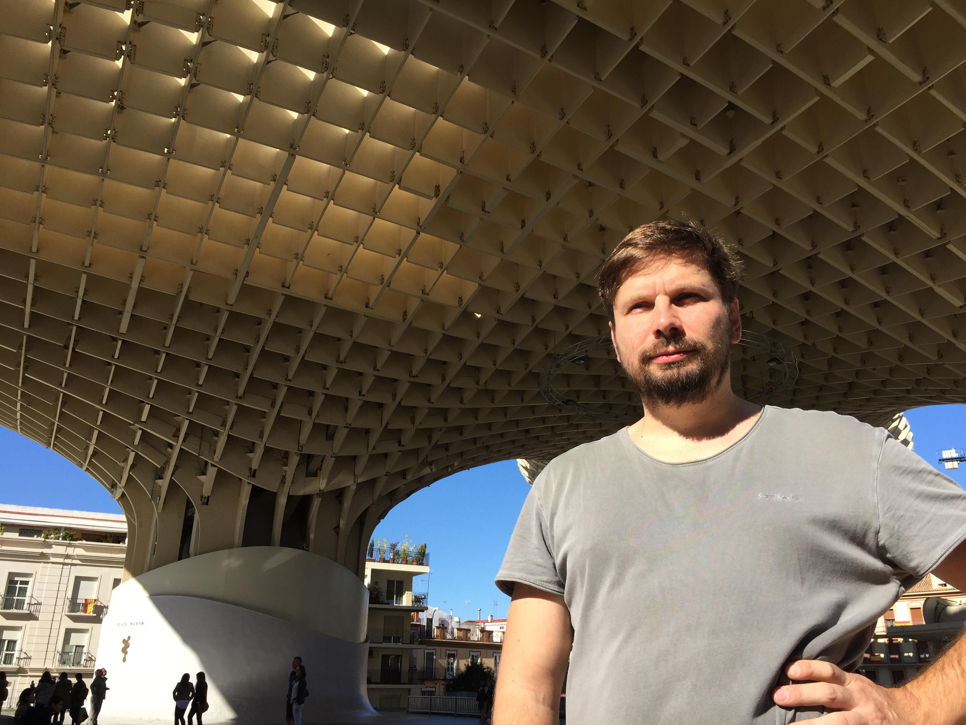 Lukátsovics Zoltán építész a Metropol Parasol alatt Sevillában